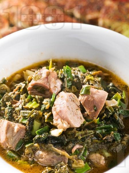 Агнешка зелена кавърма със спанак, киселец, пресен зелен лук и гъби печурки - снимка на рецептата